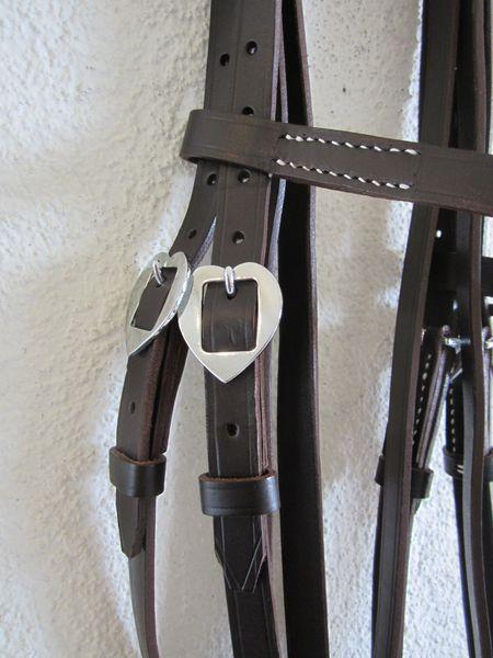 Portugiesischer Zaum CoracaoLederbreite 1.5cm, Lederfarben: natur, schwarz, braunSchnallen eckig oder verziert, chrom oder messingfarbenmit Zügel