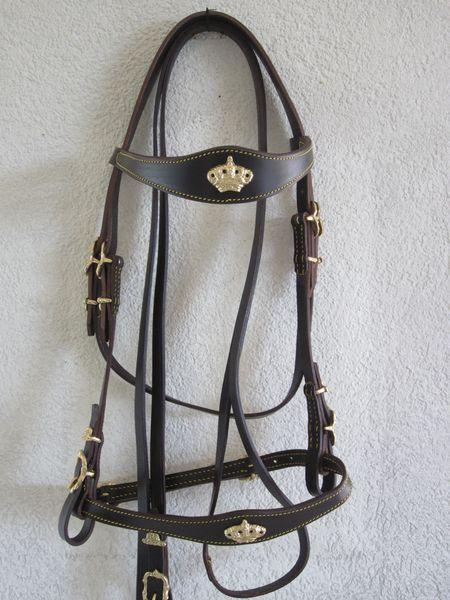 Portugiesischer Zaum CoroaLederbreite 1.5cm, Lederfarben: natur, schwarz, braunSchnallen eckig oder verziert, chrom oder messingfarbenmit Zügel