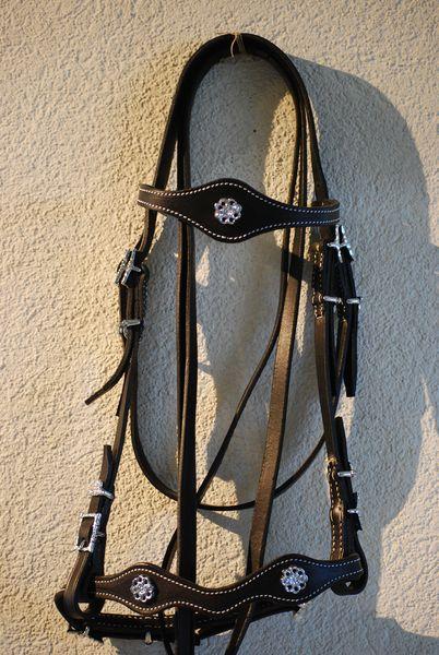 Portugiesischer Zaum ConhaqueLederbreite 1.5cm, Lederfarben: natur, schwarz, braunSchnallen eckig oder verziert, chrom oder messingfarbenmit Zügel