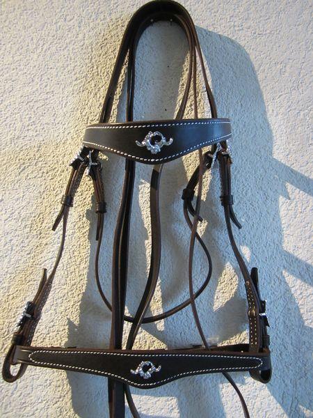 Portugiesischer Zaum ValiosoLederbreite 1.5cm, Lederfarben: natur, schwarz, braunSchnallen eckig oder verziert, chrom oder messingfarbenmit Zügel